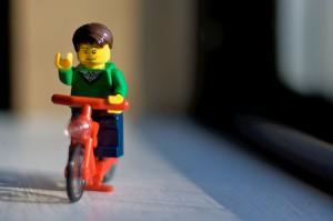 Ein Legomännchen mit rotem Fahrrad